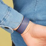 Комбинация синего и красного Noomoon LABB на руке