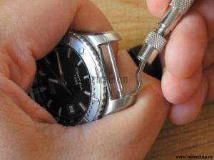 Мы вставляем инструмент между воображаемым ремешком и корпусом часов.