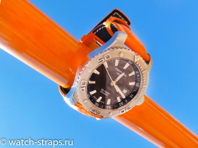 Оранжевое на фоне голубого